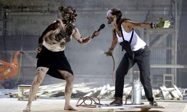 """APA20127062_04092014 - WIEN - …STERREICH: Stefanie Reinsperger und Catrin Striebeck (R) am Donnerstag, 04. September 2014, wŠhrend der Fotoprobe zu """"Die lŠcherliche Finsternis"""" im Akademietheater in Wien. Das StŸck hat am 06. September Premiere. FOTO: APA/GEORG HOCHMUTH"""